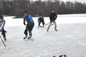 Zábavu s partičkou hokejistov si užila aj fenka Lessie.