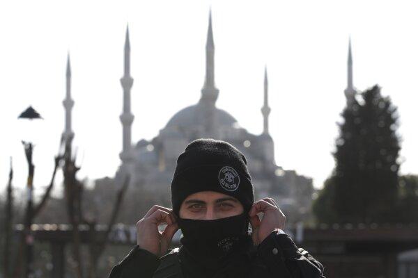 Turecký policajt pred slávnou Modrou mešitou, kde sa odohral utorňajší útok.