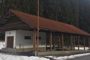 V uplynulých dňoch začali v Makove s prácami na prerábaní bývalého prístrešku pre dobytok na garáž pre obecnú techniku.