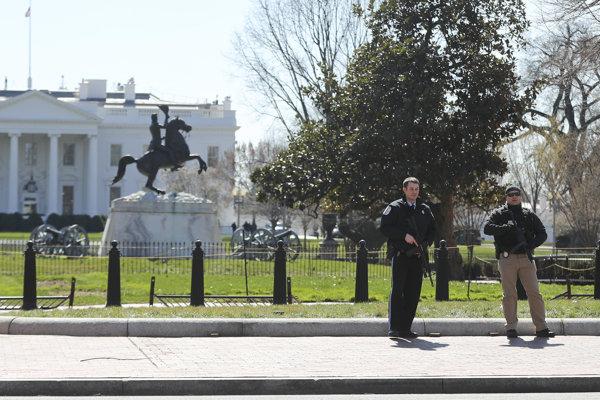 Polícia chodník pred Bielym domom uzavrela.