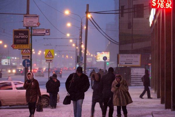 Snehová víchrica spomalila v Moskve dopravu a spôsobila meškanie letov.