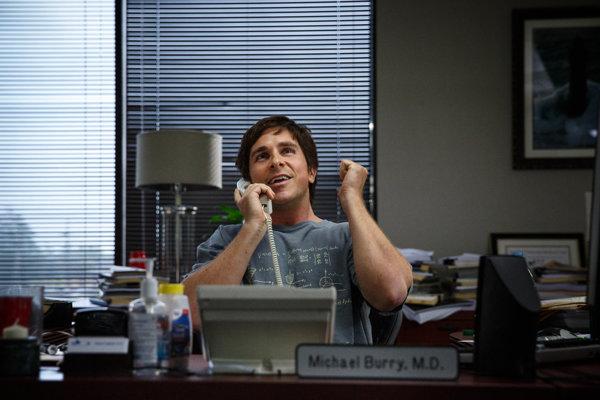 Banky sa zbláznili, na tom sa dá zarobiť. Vhlavnej úlohe komédie Stávka na neistotu je Christian Bale.
