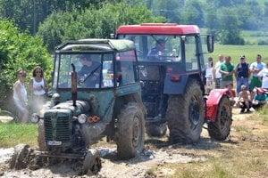Traktory preveril v Mačove ťažký terén.
