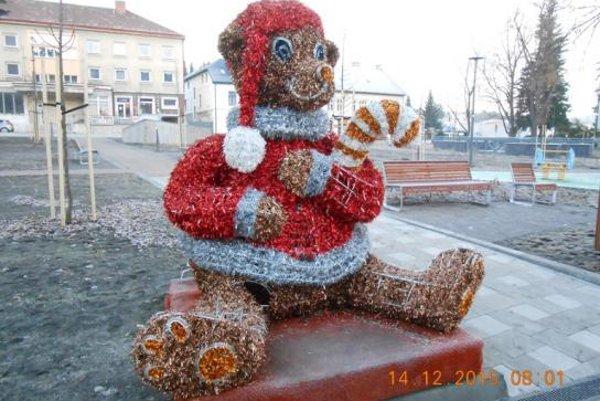 Medveď je súčasťou vianočnej výzdoby v Handlovej už niekoľko rokov.