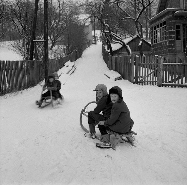 Na archívnej snímke z 10. decembra 1969 zimné radosti detí v obci Kľak v dnešnom okrese Žarnovica.