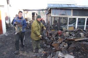 Miestni pomáhali s odpratávaním neporiadku, ktorý po požiari zostal.