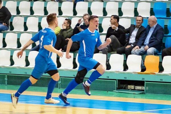 Radosť Markusa Šinku (ObFZ Nitra) po strelení gólu vo finále proti Trnave. Za ním na tribúne sprava zväzoví funkcionári Štefan Korman, Ladislav Gádoši a Vladimír Hracho.