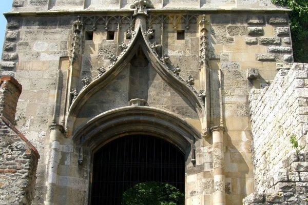Kráľ dal hrad prestavať na štvorkrídlový palác s ústredným nádvorím. Jeho meno nesie aj Žigmundova brána.
