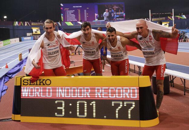 Poľská mužská štafeta v zložení zľava Karol Zalewski, Rafal Omelko, Lukasz Krawczuk a Jakub Krzewina získala zlato v behu na 4x400 m v novom svetovom halovom rekorde.