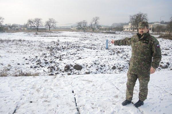 Zástupca veliteľa major Alojz Hrubiško ukazuje miesto sanačných prác.