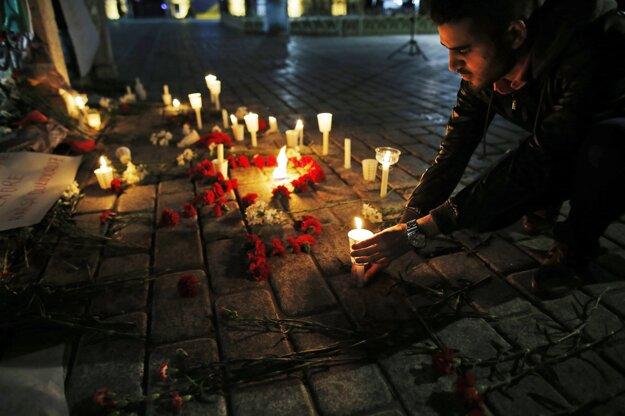 Ľudia v Istanbule spomínajú na obete atentátu.