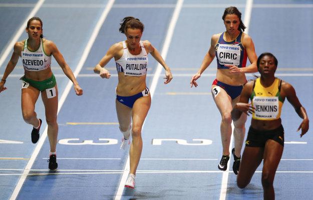 Na snímke druhá zľava slovenská bežkyňa Iveta Putalová v cieli rozbehu na 400 m žien na halových MS v Birminghame.