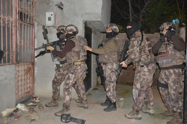 Turecké špeciálne jednotky pred zásahom proti údajným teroristom.