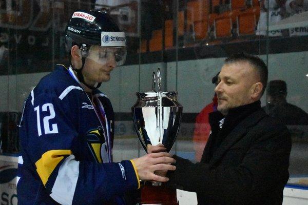 Prešovský kapitán Marcel Baláž. Pri preberaní pohára za tretie miesto vprvej lige.