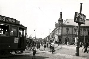 Dvojjazyčné tabuľky a reklamy. Košičania až do výstavby železiarní v 60. rokoch hovorili po slovensky i maďarsky.