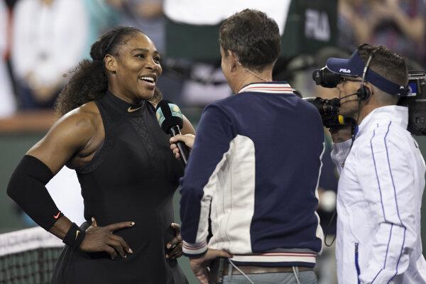 Serena Williamsová sa vrátila na dvorce víťazstvom. Po zápase prijímala gratulácie.