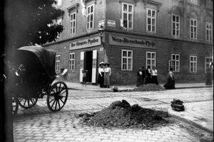 Fotografiu rodného domu, v ktorom bolo slávne pohostinstvo Fajka, urobila dcéra majiteľa okolo roku 1915.