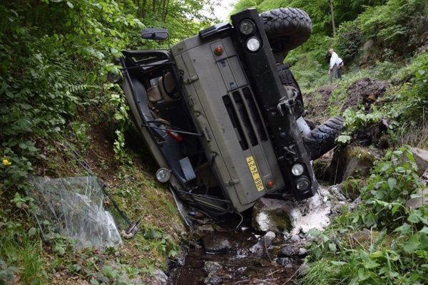 Tatra s vojakmi skončila v potoku.