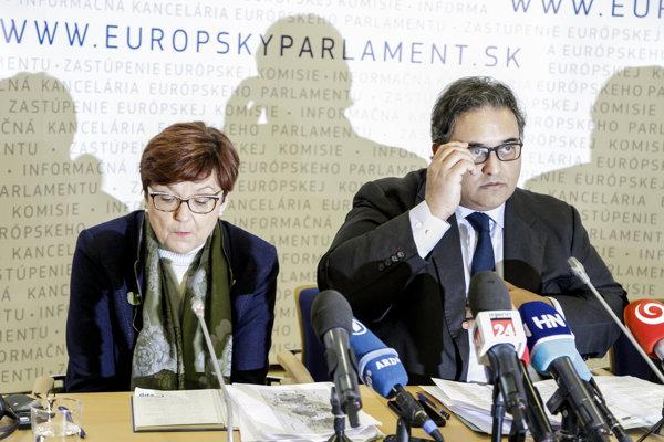 Členovia delegácie Európskeho parlamentu Ingeborg Grässleová (EPP, Nemecko) a Claude Moraes (S&D, Veľká Británia) počas tlačového brífingu v Bratislave.