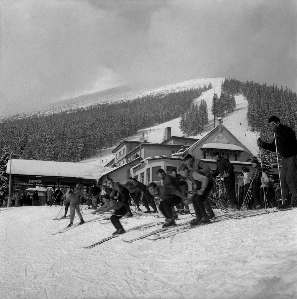 Na snímke žiaci učňovského strediska Doprastavu Bratislava počas lyžovačky.