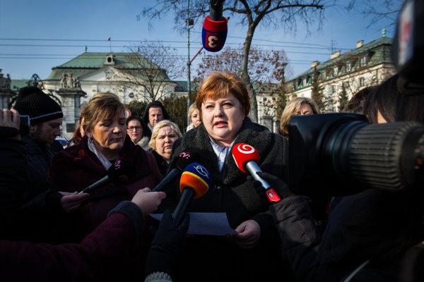 Predsedníčka OZ SaPA Monika Kavecká (v strede) a prezidentka Slovenskej komory sestier a pôrodných asistentiek Iveta Lazorová (vľavo) počas brífingu s novinármi .