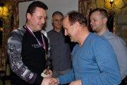 Imrich Beneš si preberá cenu pre najlepšieho brankára druhej triedy.