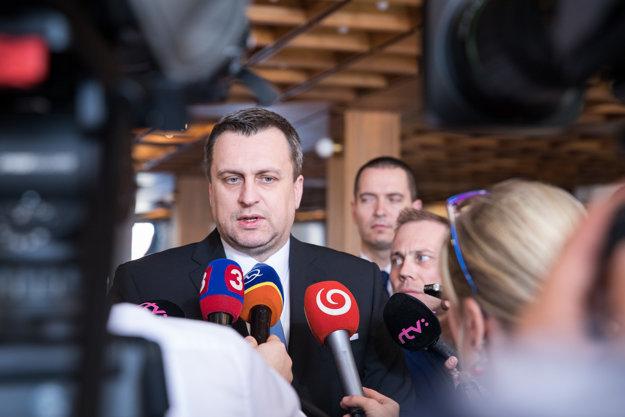 Andrej Danko hovorí s novinármi.