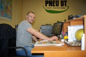 Rastislav Štork za svojim pracovným stolom.