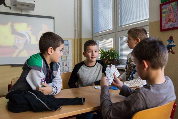 Školstvo riešia vo volebných programoch viaceré politické strany. Na neriešené problémy upozornili učitelia aj vlani v decembri protestom, keď namiesto výučby deti iba strážili.