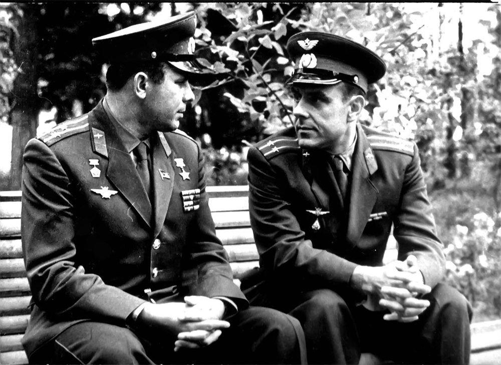 Jurij Gagarin a Vladimir Komarov boli dobrí priatelia. Gagarin zahynul v roku 1968.