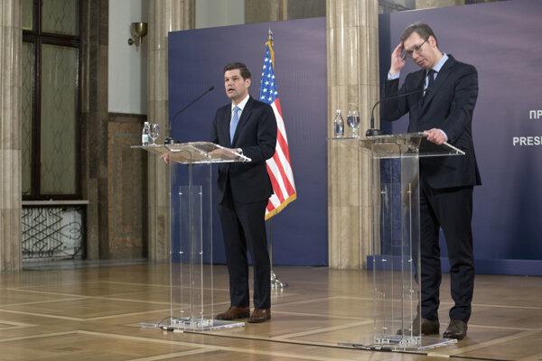 Americký minister pre európske záležitosti Wess Mitchell (vľavo) a srbský premiér Aleksandar Vučič.
