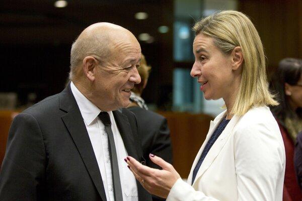 Šéfka diplomacie Európskej únie Federica Mogherini (vpravo) a francúzsky minister obrany Jean-Yves Le Drian (vľavo).