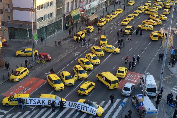 Ilustračné foto - protest maďarských taxikárov proti Uber.