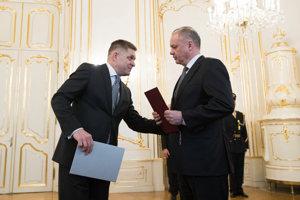 Robert Fico odovzdal demisiu prezidentovi Andrejovi Kiskovi.