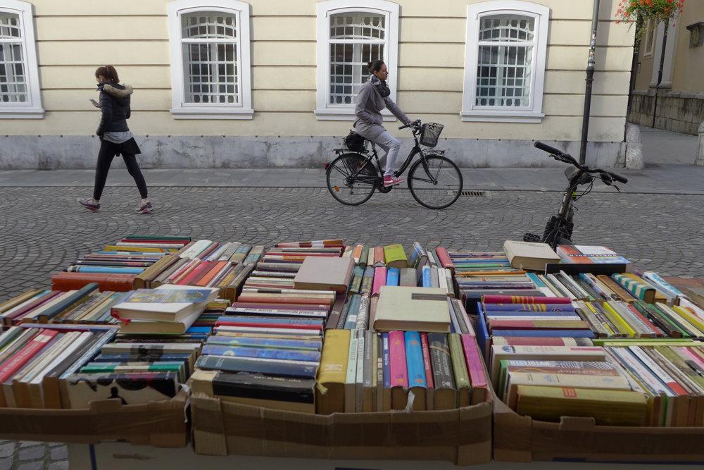 Bicykle a knihy. Spojenie typické pre ˇUbľanu.