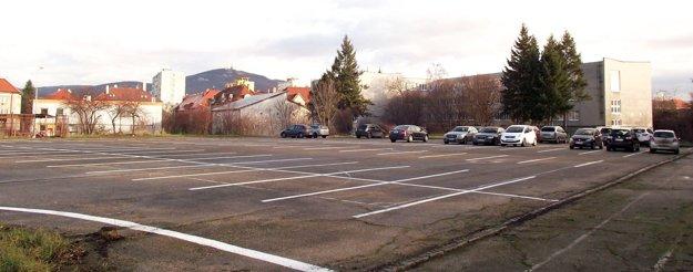 Bývalé ihrisko za školou na Vajanského ulici.