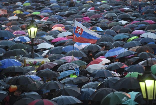 Daždivé počasie neodradilo ľudí ani v Košiaciach.