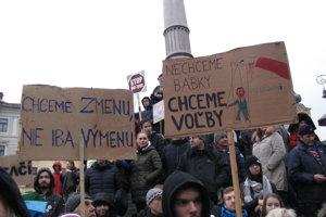 Nechceme bábky - chceme voľby. Odkázali Banskobystričania svojmu rodákovi Pellegrinimu.