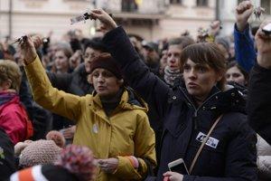 Ľudia v Trnave skandovali a štrngali kľúčmi.