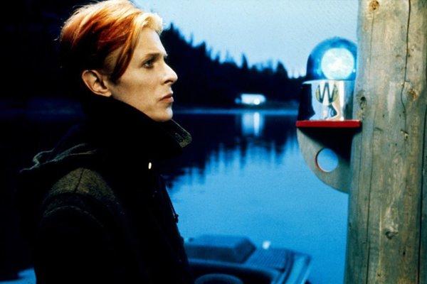 David Bowie vo filme Muž, ktorý spadol na Zem.