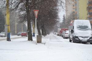 Chodník popri hlavnej ceste na Sídlisku III už bol v nedeľu napoludnie odhrnutý a posypaný. Taktiež aj na Jazdeckej ulici.