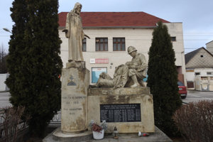 Pomník padlých v prvej svetovej vojne v obci Prievaly.