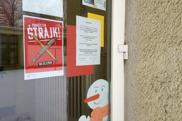 Viaceré školy aj škôlky v Nitre dnes zostali pre štrajk učiteľov zatvorené.