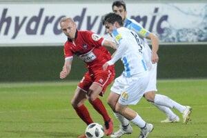 Nitra vyhrala 1:0 ďalekonosnou ranou, rovnako ako pred týždňom. Vtedy pálil Šimončič, tentoraz Andrej Fábry. Vľavo novic vdrese FC ViOn Dalibor Pleva.