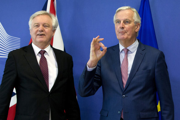 Britský minister pre brexit David Davis (vľavo) a hlavný vyjednávač EÚ pre brexit Michel Barnier.