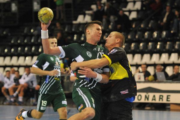 Lukáš Urban (s loptou). VSlovinsku zaťažil konto súpera piatimi gólmi.