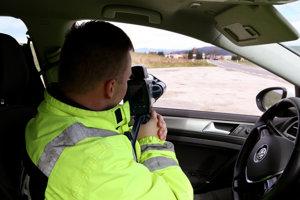 Svojou pomalou a neistou jazdou upútal kamionista pozornosť policajnej hliadky.