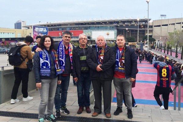 Nitrianska výprava pred Nou Campom: zľava Ladislav Baláži s manželkou Martinou, Miroslav Gerhát, Tibor Mészáros a Tibor Fink.