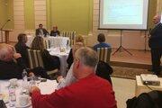 O plnení akčného plánu informoval na zasadnutí ZMON prednosta Okresného úradu v Lučenci Branislav Hámorník (vpravo).