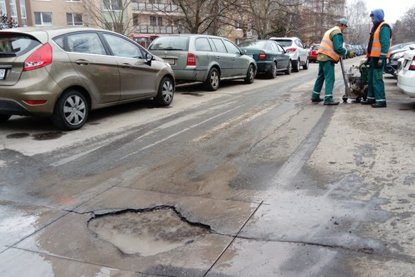 V uplynulých dňoch pripravovali na opravy parkovisko na Okružnej ulici.